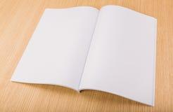 Catalogo in bianco, riviste, derisione del libro su su fondo di legno immagini stock libere da diritti