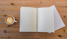 Catalogo in bianco, riviste, derisione del libro su su fondo di legno immagine stock