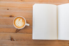 Catalogo in bianco, riviste, derisione del libro su su fondo di legno fotografia stock libera da diritti