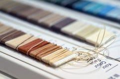 Catalogo dei fili Fili multicolori della mobilia Fondo di industria tessile con vago Macro, concetto di progettazione Immagini Stock Libere da Diritti