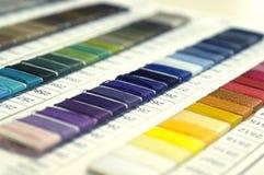 Catalogo dei fili Fili multicolori della mobilia Fondo di industria tessile con vago Macro, concetto di progettazione Fotografia Stock