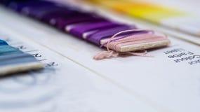 Catalogo dei fili Fili multicolori della mobilia Fondo di industria tessile con vago Macro, concetto di progettazione produzione Immagine Stock Libera da Diritti