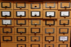 Catalogo di carta in una biblioteca fotografia stock