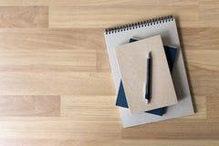 Catalogo e libro in bianco, riviste, derisione del libro su sul backgrou di legno immagini stock