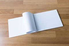 Catalogo e libro in bianco, riviste, derisione del libro su sul backgrou di legno fotografie stock