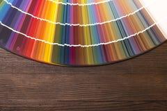 Catalogue de couleur sur le bureau en bois Photographie stock libre de droits