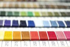 Catalogue des fils Fils multicolores de meubles Fond d'industrie textile avec brouillé Macro, concept de conception Photos libres de droits
