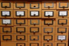 Catalogue sur fiches dans une bibliothèque photo stock