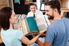Catalogus met steekproeven van stoffen voor meubilairstoffering stock foto