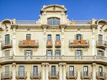 Catalonia flagga på balcanies av byggnad, Barcelona Arkivfoton
