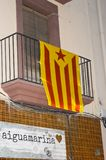 Catalonia flagga på byggnaden på Juni 20, 2016 i Torredembarra, Spanien Fotografering för Bildbyråer