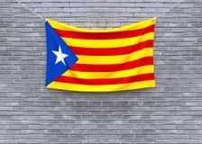 Catalonia flagga som hänger på tegelstenväggen royaltyfri illustrationer