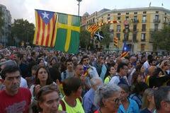 Catalonia protestuje na pierwszy rocznicie spains zakazujący niezależności referendum szeroki widok fotografia stock
