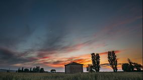 Catalonia Spanien Vårsolnedgånghimmel ovanför landskap för fält för vete för spanjorbygd lantligt Ensam ladugårdlantgårdbyggnad arkivfilmer