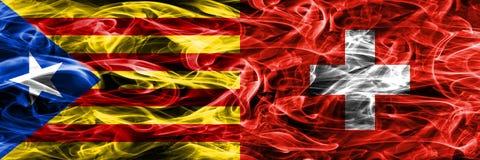 Cataluña contra las banderas del humo de la copia de Suiza colocadas de lado a lado Las banderas sedosas densamente coloreadas de Foto de archivo libre de regalías