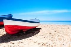Cataluña, España - 24 de julio de 2017: Vare la arena, el mar y los barcos en B Imagenes de archivo