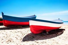 Cataluña, España - 24 de julio de 2017: Vare la arena, el mar y los barcos en B Imagen de archivo