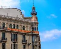 Catalun baner på gammal Barcelona byggnad Arkivfoto