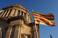 Catalunya全国美术馆圆顶和旗子  免版税库存照片