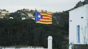 Catalunya-Flagge Hügel und ein Haus im Umgeben stock footage
