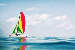 Catamarán de la navegación fotografía de archivo