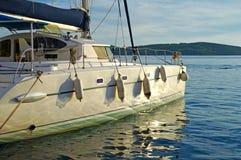 Catamarán de la navegación en la puesta del sol Imagen de archivo libre de regalías