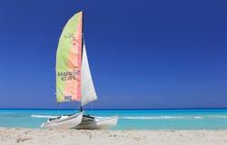 Catamarán del barco en la playa imagen de archivo libre de regalías