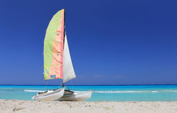 Catamarán del barco en la playa cubana Fotografía de archivo