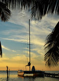 Catamarán en el Caribe en la puesta del sol Foto de archivo libre de regalías