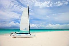 Catamarán en la playa tropical Fotografía de archivo