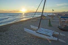Catamarán en la puesta del sol Imágenes de archivo libres de regalías