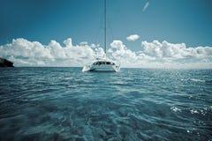 Catamarán en las aguas bajas verdes tranquilas imagen de archivo libre de regalías