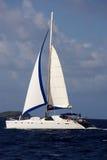 Catamarán en los caribbeans imagenes de archivo