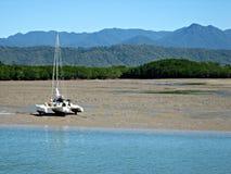 Catamarán en planos de fango de marea fotografía de archivo libre de regalías
