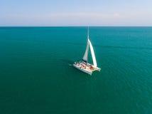 Catamarán que navega la antena Imagen de archivo