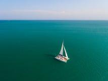 Catamarán que navega la antena Imagen de archivo libre de regalías