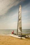 Catamarán que se coloca en la playa de Holanda Imagen de archivo libre de regalías