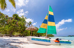Catamarã bonito em uma praia tropical fotografia de stock