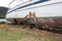 Catamarã danificado na terra Fotos de Stock