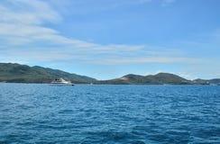 Catamarã de passeio branco no mar, perto do litoral da ilha, contra um fundo do sushi coberto com fotografia de stock royalty free