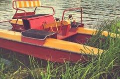 Catamarã de passeio do turista nos arbustos na costa Foto de Stock Royalty Free