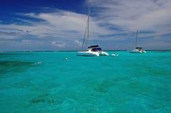Catamarã na água desobstruída de turquesa Imagens de Stock