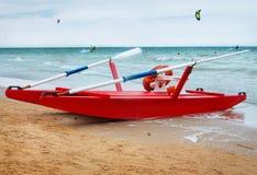 Catamarã na costa Imagens de Stock Royalty Free