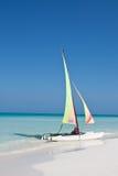 Catamarã na praia oposto à vista Imagens de Stock Royalty Free