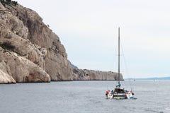 Catamarã perto da costa francesa dos calanques, Marselha Fotografia de Stock