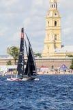 Catamarã que o vencedor de catamarãs de navigação extremos do ato 5 da série compete em St Petersburg, Rússia de Alinghi (SUI) Imagem de Stock