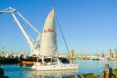 Catamarã que sae do porto de Cape Town foto de stock