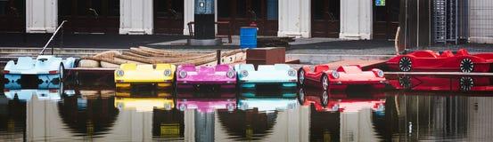Catamarãs coloridos bonitos do carro no lago imagem de stock royalty free