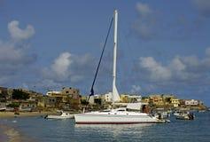 Catamaran ancré dans un compartiment Images stock