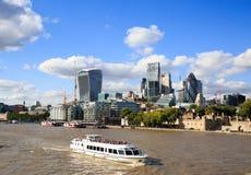 Catamaran bierze turystów w górę Thames przeglądać widoki Londyn, Londyn 2017 Fotografia Royalty Free